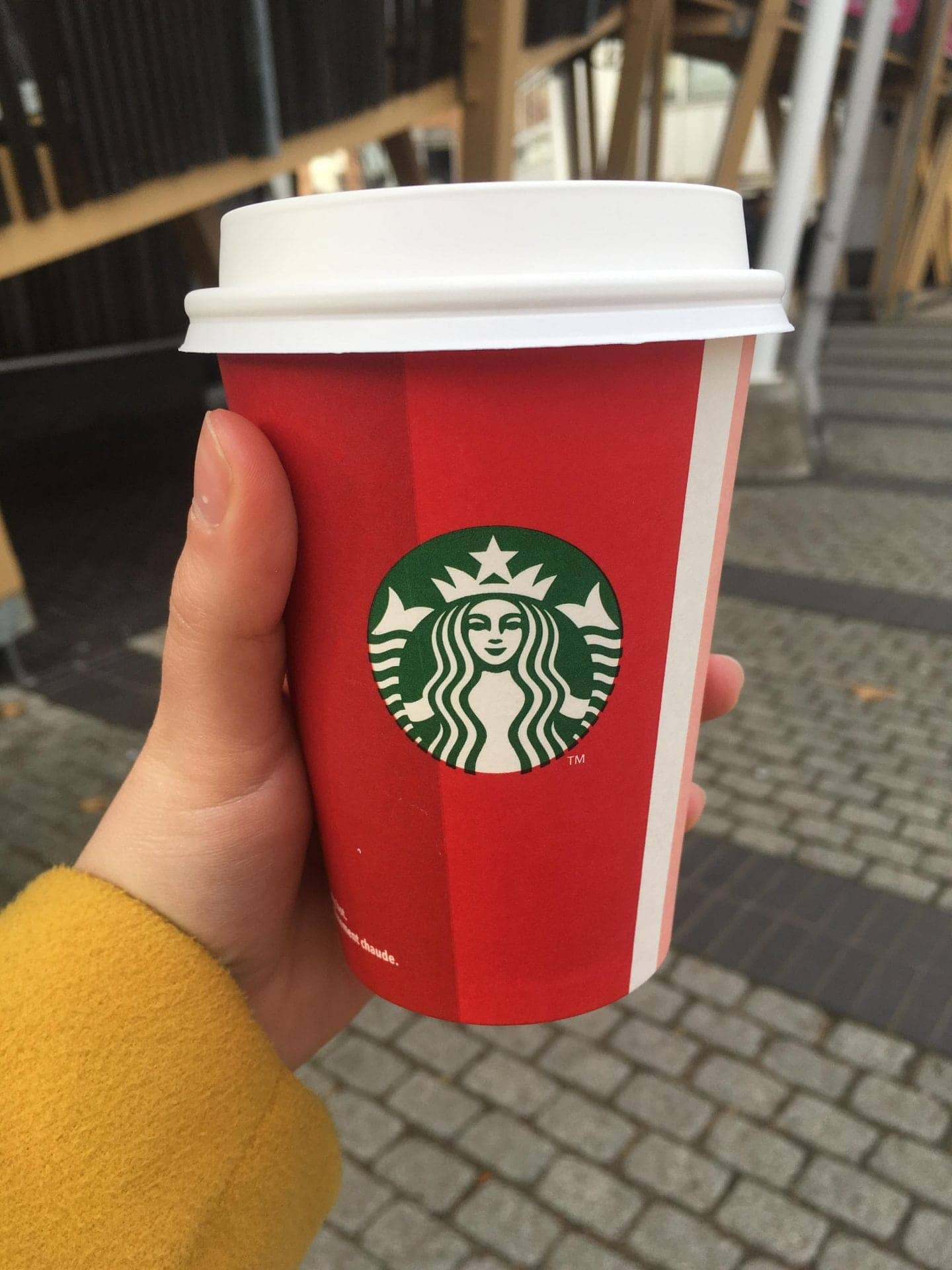 Starbucks Christmas Cups.Starbucks And Costa Introduce Their 2018 Christmas Cups